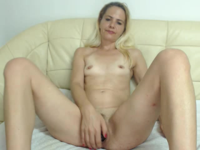 Blonde milf Anne_Cecille plays with Ohmibod