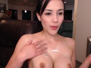 Kath_xo rubs her body with lotion