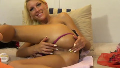 Naked blonde HollySkinny in free chat