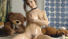 RubySparx rubs her body with oil