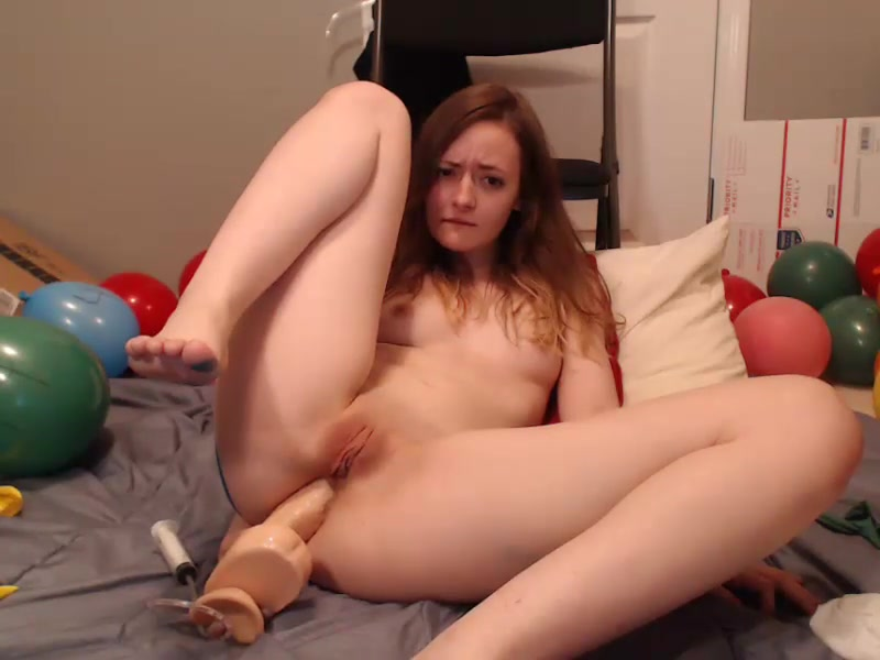 Young camgirl Little_mischief fucks her asshole