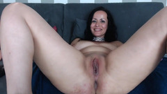 Curvy Naughtyelle shows her pussy