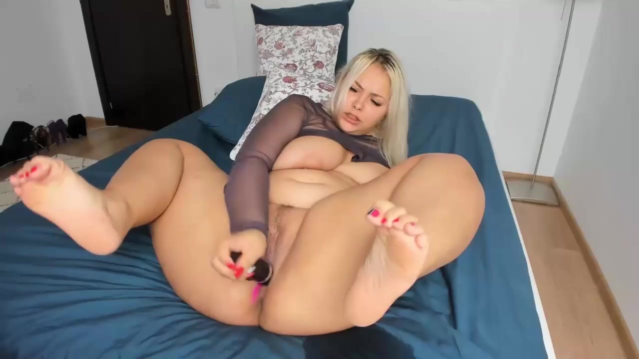 Show on bed with Xonicxo