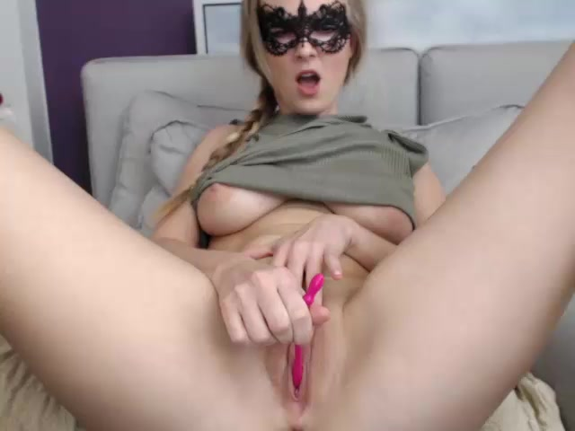 Blonde Yessii666 with sexy pig tail is stuffing cunt with vibrator stick